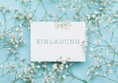 Moderne, romantische Einladungskarte zum Geburtstag in Hellbau mit weißen, duftigen Blüten