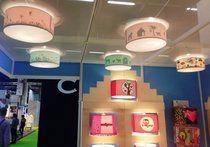 lampen op de beurs. Kinderkamer plafond lampen roze en groen.
