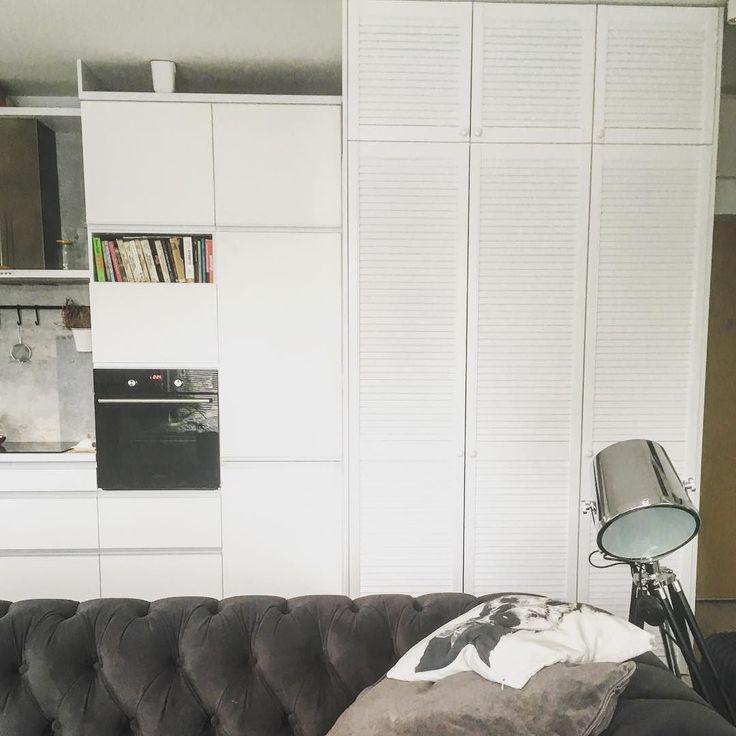 Moda na fronty ażurowe powróciła! Dostajemy mnóstwo zapytań o właśnie takie szafy. Naszym zdaniem  Idealnie komponują się z ciepłym stylem skandynawskim. #fronty #azur #ażur #szafa #meble #design #white #biel #meblenawymiar #furniture #warsaw #warszawa #garderoba #salon #livingroom #style