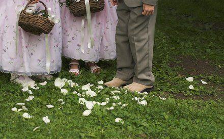 Lors d'un mariage, les enfants d'honneur sont à la fête ! Jolies robes pour les petites filles, ensembles chics ou décontractés pour les petits garçons... Les styles varient d'un mariage à l'autre mais le bel effet d'ensemble reste recherché