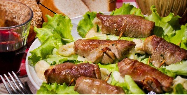 """Un piatto tipico pugliese """"Le #Bombette"""" involtini di carne, ottime da cuocere alla brace, da assaporare con un ottimo #Tholus #Primitivo #DOC #Jo&le."""