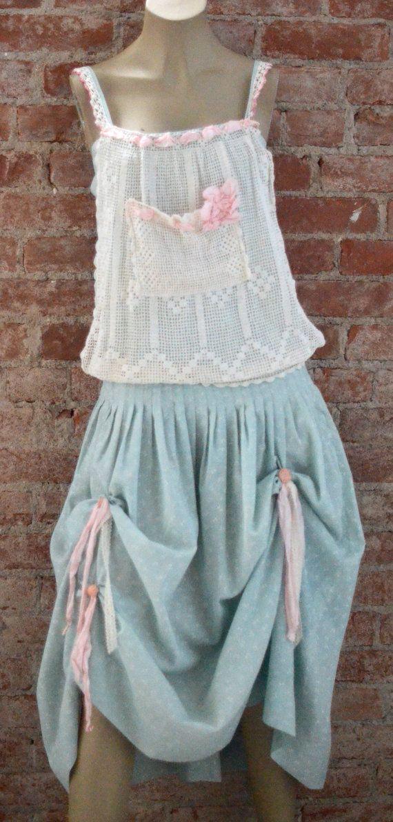 ¡Este es el vestido más bonito!!!!!! El vestido de la muchacha de este país es un arco pequeño hermoso impresión que ha sido mano teñida verde menta de un país. La parte superior del babero ha sido adornada con ganchillo antiguo y cinta de color rosa. La cintura es una línea de la