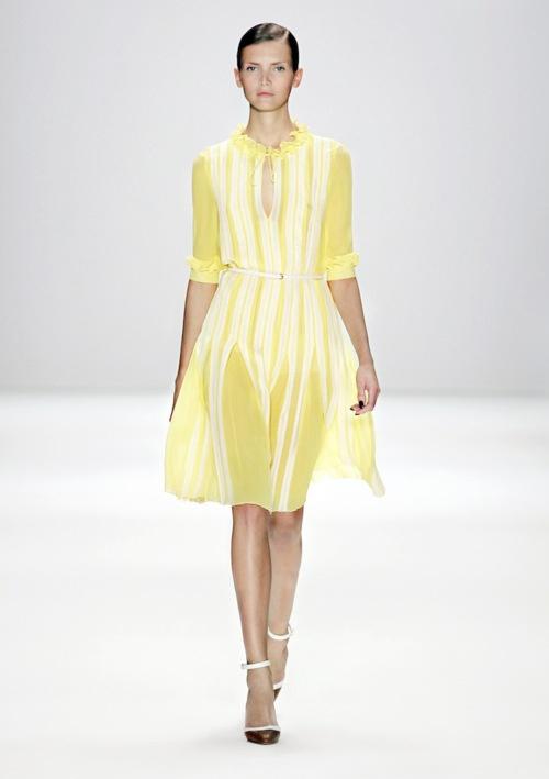 Tweetie würde diesen Trend lieben, denn im Sommer leuchtet unsere Garderobe wie das Gefieder des berühmten Comic-Kanarienvogels. Warum? Kaum eine andere Farbe sichert ein so effektvoll fröhliches Entrée wie Gelb!    Das fand offenbar auch Karsten Fielitz, Chefdesigner von Rena Lange, der uns auf dem Laufsteg zeigte, wie ein Outfit sonnig strahlen kann. Auch der Cardigan für kühle Abende im Grünen ist von Rena Lange. Eine weitere Variante der yellow fashion erspähten wir schließlich bei…