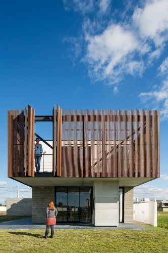 O terraço, com balanço de quatro metros, possui portas do tipo camarão executadas em ripas de madeira. A Casa Xan foi projetada pelo escritório MAPA, no Rio Grande do Sul