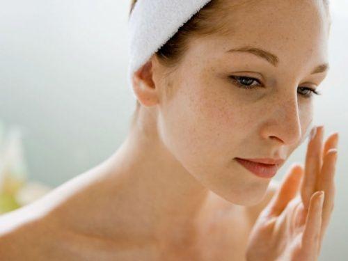 8 maneras de minimizar las arrugas Un descanso adecuado a diario es fundamental para mantenerse joven. Dormir de 7 a 9 horas diarias sin interrupción contribuye a tener una piel más saludable