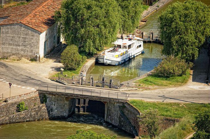 Balade en bateau sur le canal du midi Par CRT Midi-Pyrénées / Dominique VIET #TourismeMidiPy #MidiPyrenees #France #Fluvial #Bateau #Peniche #CanalMidi #CanalduMidi