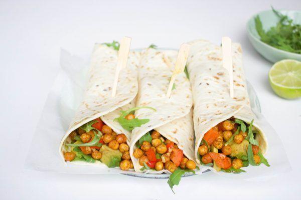Wraps met geroosterde kikkererwten, humus, paprika en avocado. Gezond en een heerlijke combinatie. Perfect voor de lunch of licht diner.