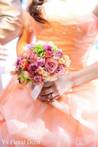 こちらのおふたりのお色直しのときのご様子です。 白ドレスから、明るいオレンジ色のドレスにお色直しなさいました。オレンジ色、くすんだピンク、グリーンを用い...