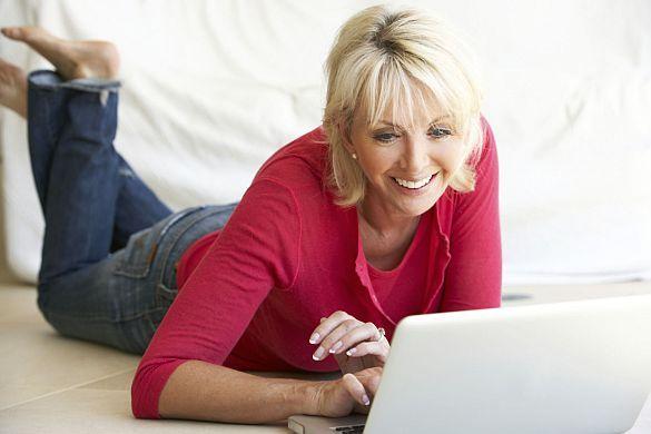 """Online ordern, in der Filiale kaufen.Trend: Waren werden im Web bestellt und im Laden """"probiert""""Bis zu 50 Prozent Retourenquote im Online-Modehandel.Vor allem Frauen nutzen die Möglichkeit, Bekleidung über das Internet zu bestellen. Wer sich die Mühen möglicher Retouren sparen will, kann die georderten Klamotten komfortabel in einem Geschäft seiner Wahl anprobieren und bezahlen. Foto: djd/Karstadt Warenhaus GmbH/thx"""