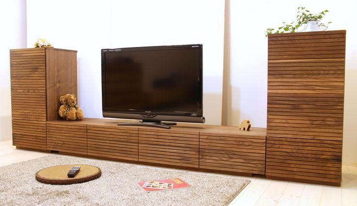 当店人気No.1のTVボード「風雅(幅2000/ウォールナット)」とサイドキャビネット「風雅(幅490(左右)/ウォールナット)」のセットです。 スリットデザインが魅力的で、同一のシリーズでまとめると統一感のある独特の雰囲気感のあるお部屋を演出できます。自然工房【kyno.jp】