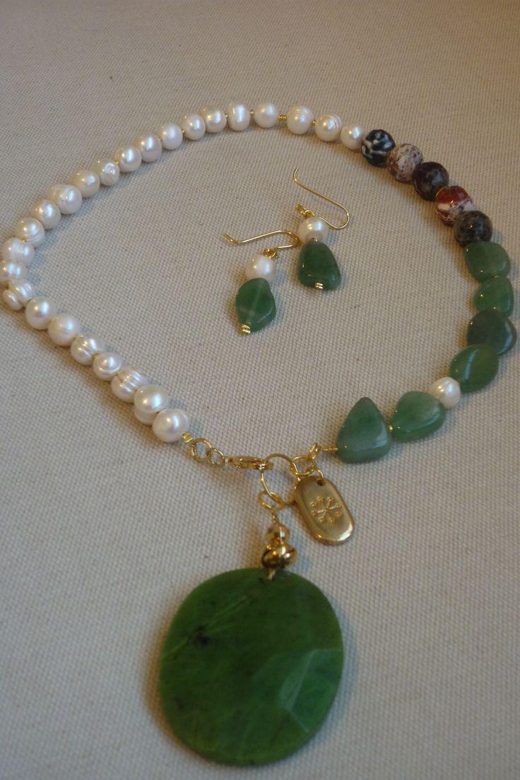Juego de collar pegado al cuello y aretes realizado con perlas, venturina y piedra grande de jade, agatas craqueladas y accesorios en chapa de oro.