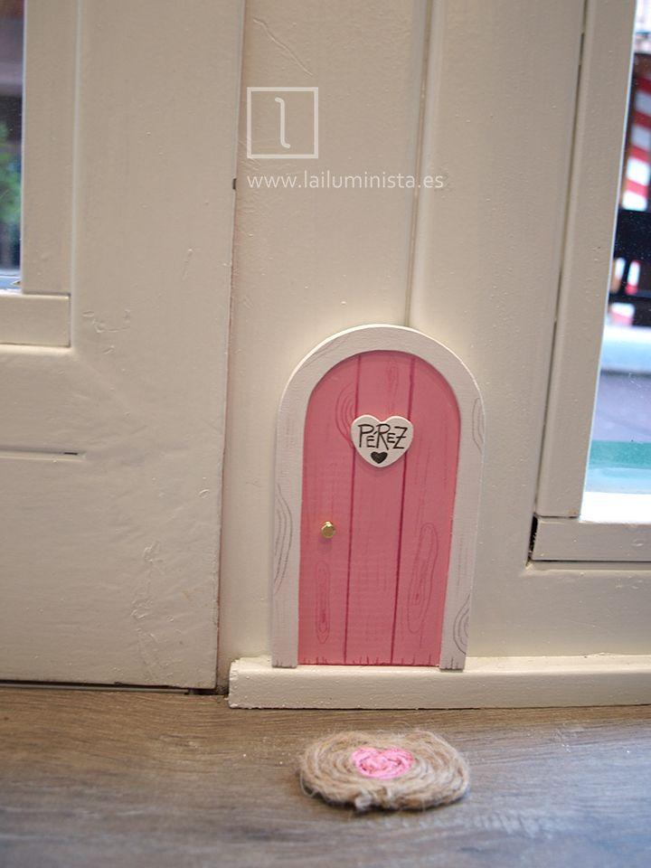 Puerta para el ratoncito Pérez en rosa y marco blanco. Un pequeño felpudo decora la entrada de nuestro entrañable amiguito. Hechas a mano reutilizando madera de pino por La iluminista.