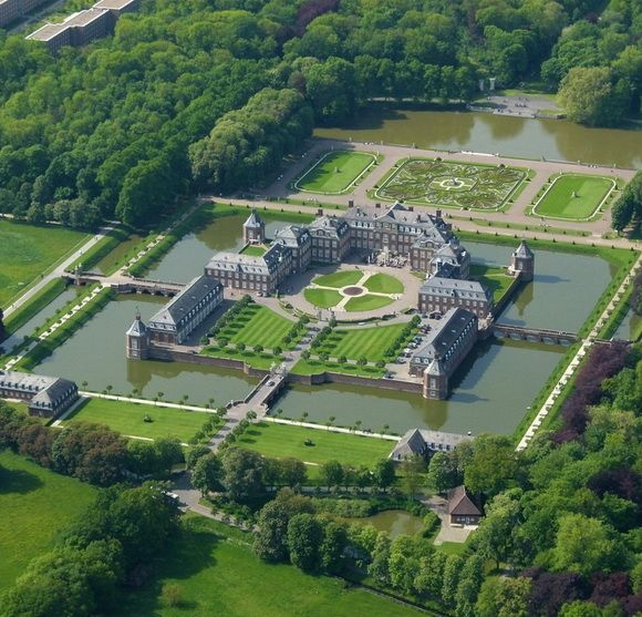 THE WORLD GEOGRAPHY: 12 Wonderful Water Castles