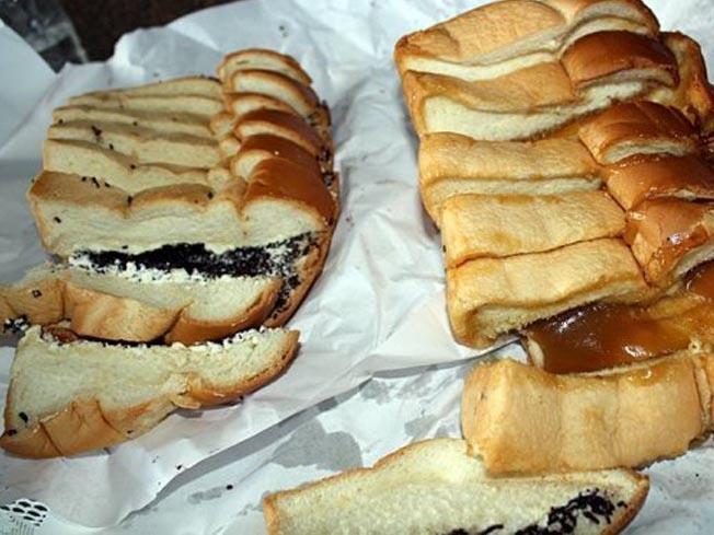 Roti Ganda, Siantar, North Sumatra: Indonesians Bread! Taste: Chocolate, Cheese and Srikaya.    Es ist ja sehr leker!