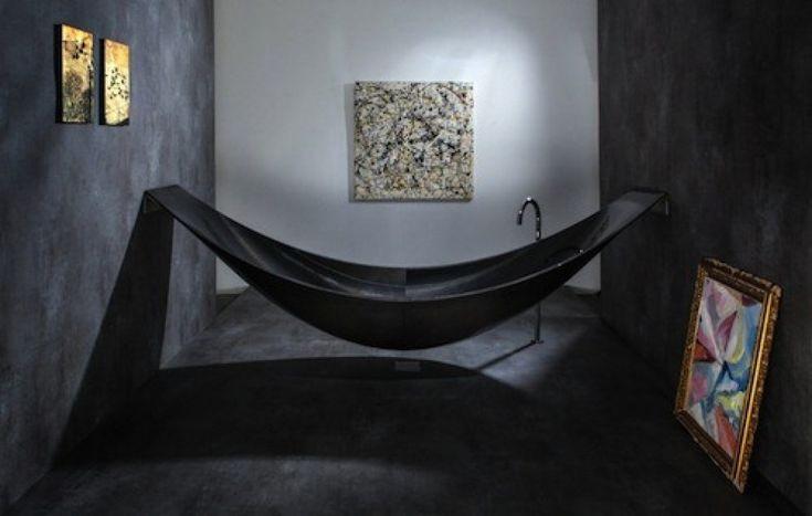 """""""The Vessel"""" - il vascello -  eccezionale vasca da bagno che unisce comfort e design. La struttura in fibra di carbonio, infatti, è """"appesa"""" ai muri della stanza proprio come si legherebbe un'amaca a due alberi.  vasca  - realizzata dalla Splinter Works e disponibile in vari colori - resta dunque sospesa, e l'acqua al suo interno finisce nel tubo di scarico con uno spettacolare """"effetto doccia""""."""