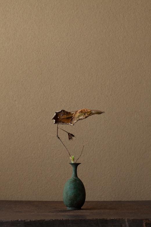 2012年2月27日(月)    枯れた葉が見事です。水仙の子供も見とれるほど。  花=山空木(ヤマウツギ)、水仙(スイセン)  器=青銅王子形水瓶(六朝時代)
