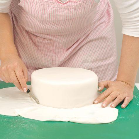 Bebilderte Schritt für Schritt-Anleitung: Hochzeitstorte mit Fondant eindecken. Sogar eine rechteckige, quadratische oder herzförmige Hochzeitstorte lernt ihr zu meistern.