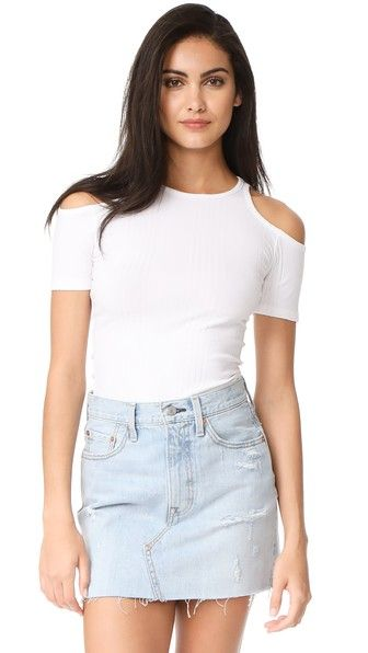 ¡Consigue este tipo de top hombros descubiertos de FRAME ahora! Haz clic para ver los detalles. Envíos gratis a toda España. FRAME Variegated Cutout Tee: A crew-neck FRAME tee cut from stretch jersey with variegated ribbed texture. Cutout shoulders and banded edges. Short sleeves. Fabric: Ribbed jersey. 47% micromodal/47% cotton/6% spandex. Hand wash. Made in the USA. Measurements Length: 24in / 61cm, from shoulder Measurements from size S (top hombros descubiertos, sin hombros, off…