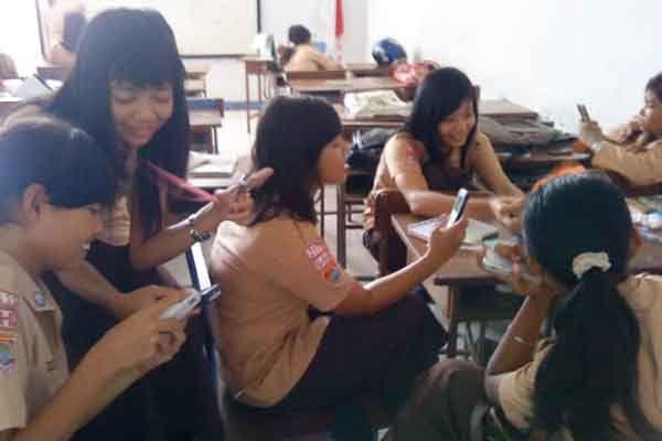anak-sekolah-SMA-HP-telefon-handphone.jpg 600×400 pixels