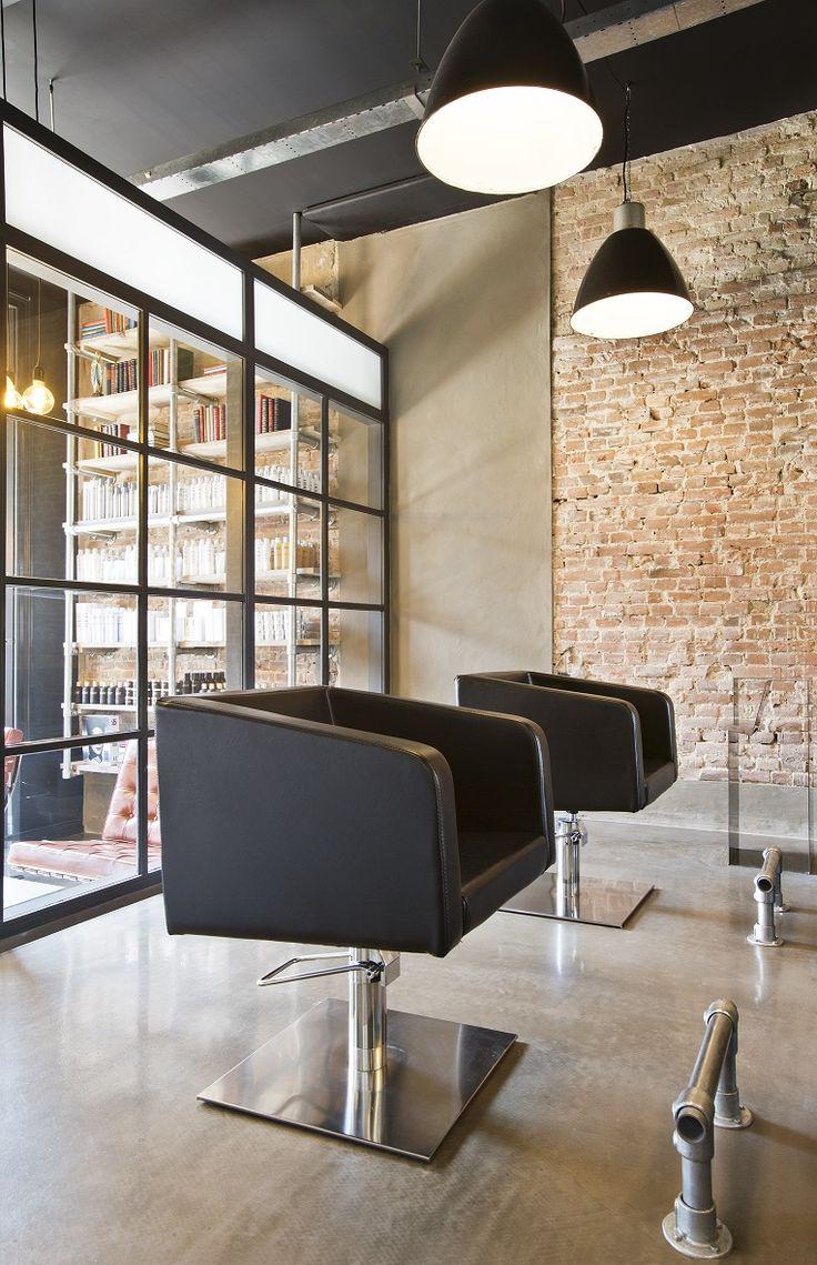 Kappersstoelen voor een oude muur #kapperstoel #vintage