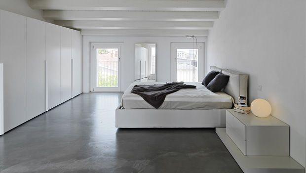 Witte slaapkamer met grijze vloer