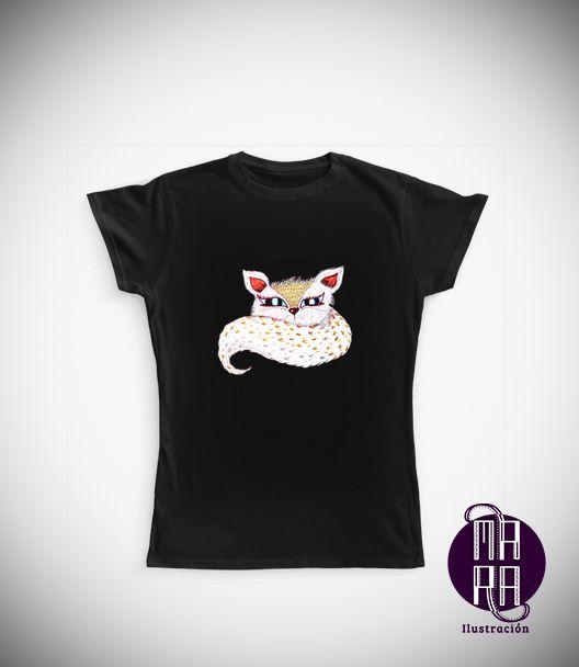 Camiseta Zorrito para mujer Colores disponibles: Blanco - Negro  Tallas disponibles: S - M - L - XL  http://camaloon.es/descubre/artistas/mara-ilustracion/creaciones/black-cat-white-cat/camisetas-personalizadas/camisetas-personalizadas-mujer/productos