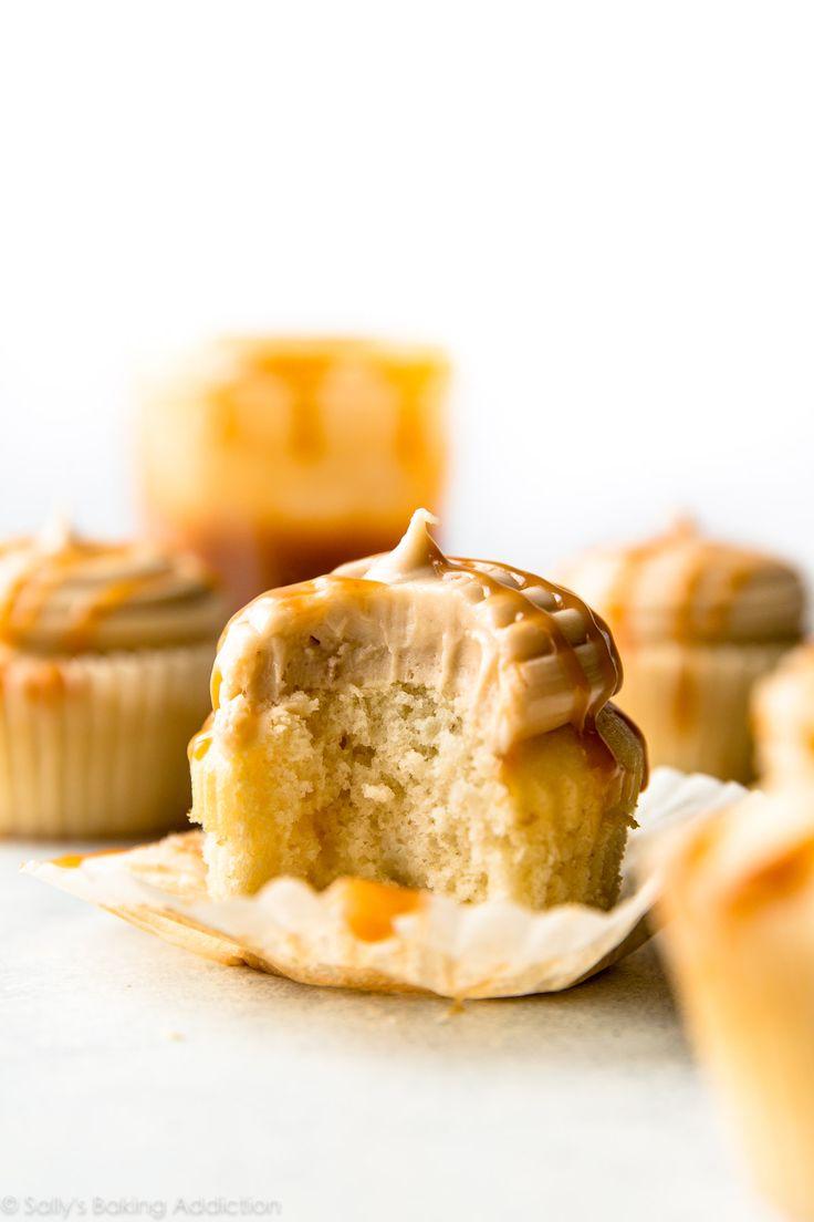 5 Zutaten und so einfach!  Diese cremige gesalzene Karamell-Zuckerguss ist geradezu süchtig!  Rezept auf sallysbakingaddiction.com