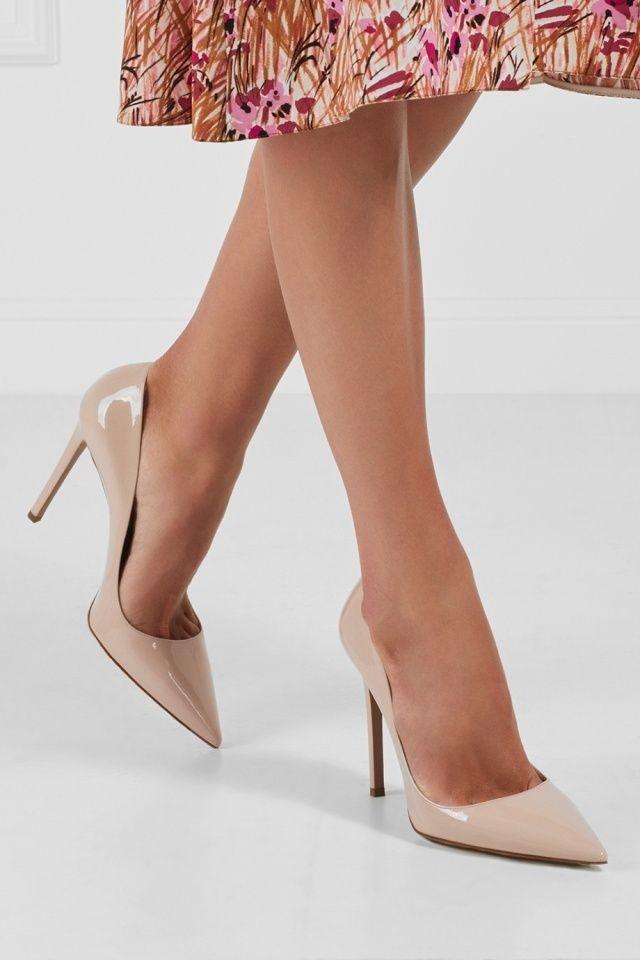 Кожаные туфли Prada - Классические туфли-лодочки из лакированной кожи бежевого цвета должны быть в каждом гардеробе в интернет-магазине модной дизайнерской и брендовой одежды
