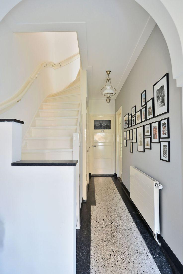 Jaren30woningen.nl | Stijlvolle hal van een jaren 30 woning met originele terrazzo vloer