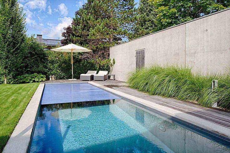 pool im garten mit sonnenschirm und liegesesseln   pool