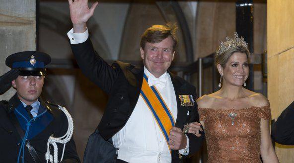 Koningspaar doft zich op voor galadiner | RTL Nieuws
