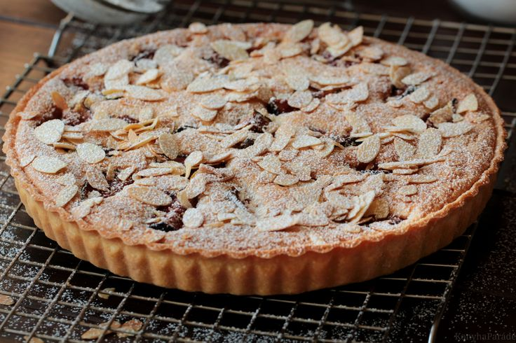 The English version of the Fig and almond tart is beneath the Hungarian post.  Francia fügés mandulatorta mindig is nagy …