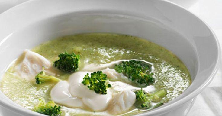 Prøv en cremet fyldig broccolisuppe som får sin fylde fra bl.a. banan og bulgur.