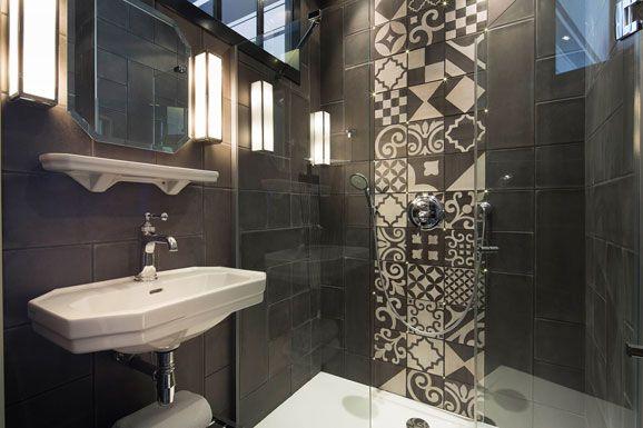 Al'hôtel Fabric, situé à Paris dans le quartier Oberkampf, on a choisi les carreaux de ciment pour donner du caractère aux petites salles de bains
