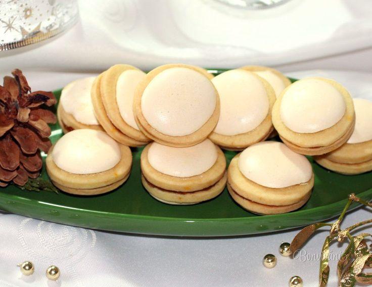 Tento starý vianočný recept mám od ex svokry, ktorá ich piekla pre nás každý rok. Je to už dávno, ale na tú chuť sa nedá zabudnúť.   Sneh na vrchu aj na spodku každého maslového kolieska je krásne chrumkavý. Zlepené sú domácim marhuľovým džemom. Vzhľadom pripomínajú trošku dnešné moderné makrónky, ale také som ešte neskúšala. Ja som skôr na tie moje rokmi overené, ktoré sa mi vždy podaria.