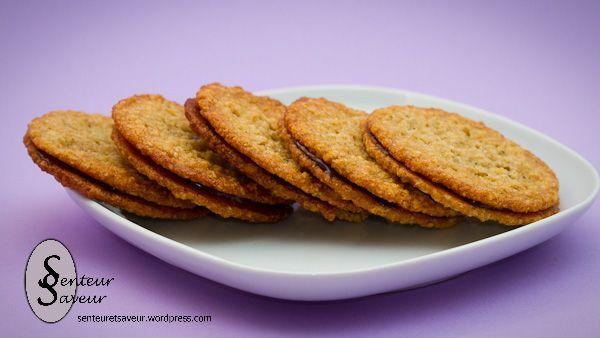 Voici une délicieuse recette de biscuits suédois avec des flocons d'avoine et du chocolat. Ces petits gâteaux sont délicieux, croustillants à l'extérieur, avec du bon chocolat fondant a…