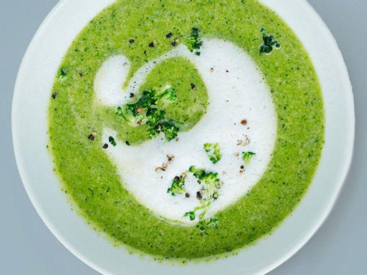 Brokkoli gir suppen en herlig grønn farge, derfor er den perfekt som en forrett til gjester. Eller når du bare ønsker en litt sunnere middag.
