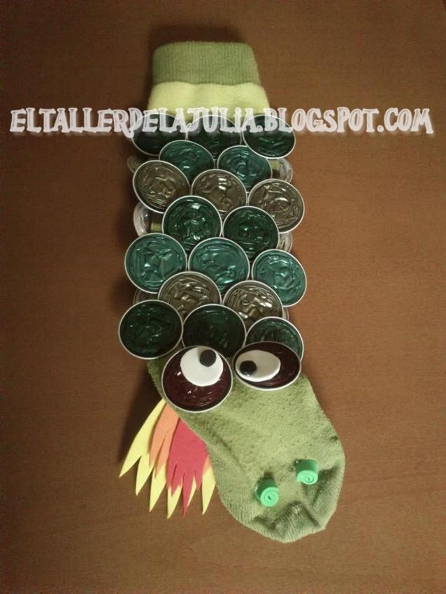 Tens mitjons desaparellats? No els llencis! Amb unes quantes càpsules pots fer un titella tan divertit com aquest drac!
