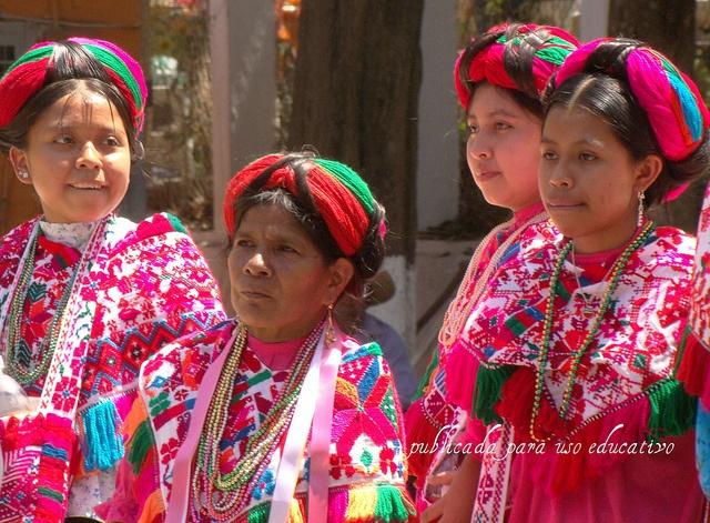 Mexico. Vestimenta tradicional de mujeres teenek.