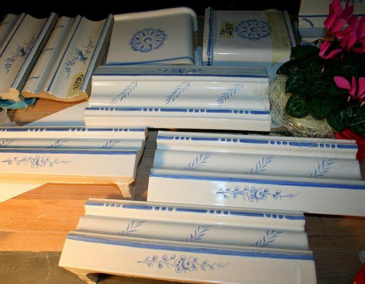 z plasterkami-nalepkami - oryginalne stare po renowacji, pozostałe kafle są replikami