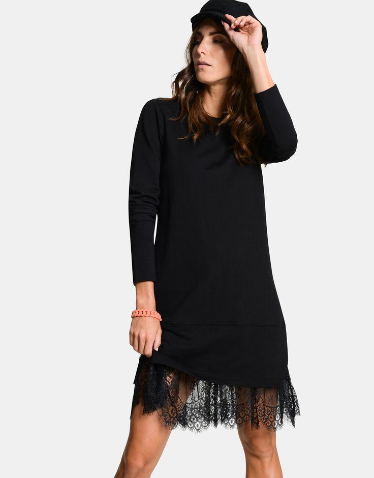 Dress to impress. Deze mooie jurk van Eksept in een zwarte kleur is een echte trendsetter. Hij is easy to match en draagt heerlijk door het fijne materiaal. Verder wordt het item gekenmerkt door zijn rechtvallende fit, de lange mouwen, de trendy kanten rand aan de onderkant en de ronde hals.  Stoere boots eronder en jouw vrouwelijke look is compleet.