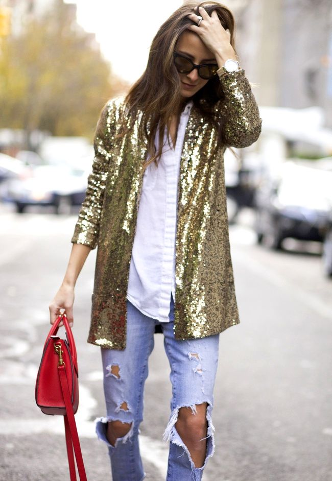 Paillettes disco + denim déchiré + touche de rouge =  le bon mix (blog Something Navy)