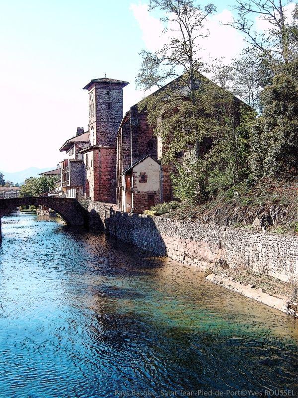 Pays Basque - Saint-Jean-Pied-de-Port - Le pont romain sur la Nive ©Yves ROUSSEL