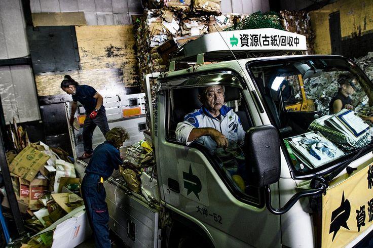 Στην εταιρία Daichi στο Τόκυο χειρίζονται περίπου 40 μετρικούς τόννους χαρτιού την ημέρα για ανακύκλωση. ©️Kadir Van Lohuizen
