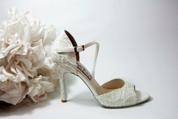 Lorelei Lace  Λευκή ανάγλυφη δαντέλα εμπρός & πίσω. Πάτημα & πλαϊνό από ιβουάρ σατέν. Πλαϊνή μπαρέτα από ιβουάρ σατέν. Ντυμένο τακούνι με δαντέλα σε 7.5, 9 & 10cm  (Επιλογή:Ντυμένο τακούνι με ιβουάρ σατέν) (Χρώμα:Ντύσιμο τακουνιού,πλαϊνά,πάτημα & μπαρέτα σε χρωματιστό σατέν της αρεσκείας σας)   White Nights...Χειροποίητη Νυφική Συλλογή!!! join us...www.facebook.com/todosbailar