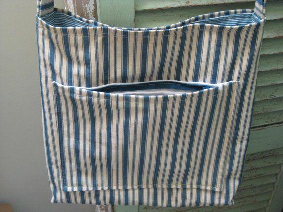 Molto fresco, molto vecchio materasso ticchettio upcycled in questa borsa a mano di stile. Blu marino & crema a strisce ticchettio cotone