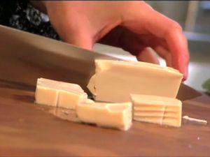 Silken tofu is een zijdezachte tofuvariant uit Japan. Silken tofu staat dus voor zijden tofu. De textuur lijkt wel wat op die van pannacotta. In silken tofu zit meer wat dan in normale tofu en dus minder calorieen. Hier bereid Janneke de silken tofu lenteui en koriander.