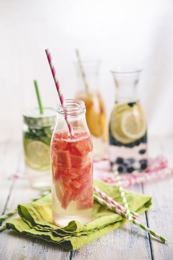 Water met vers fruit en kruiden
