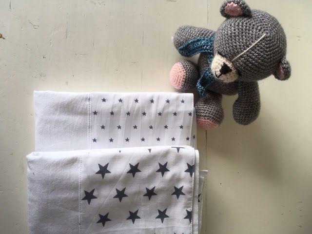 Ledikant lakentje maken. http://madebymblog.blogspot.nl/