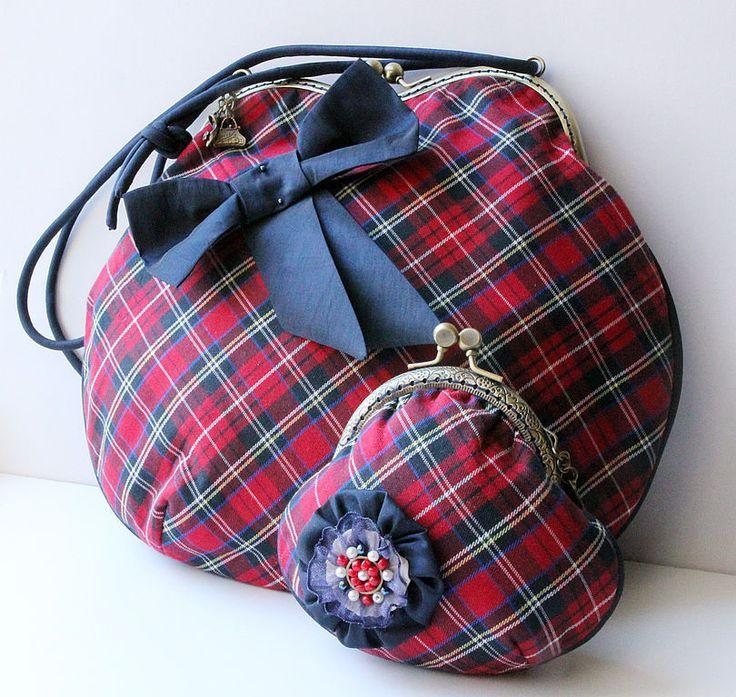Купить или заказать Сумка  'Хочу в Шотландию! ':-) в интернет-магазине на Ярмарке Мастеров. Клетка 'шотландка' всегда была в моем гардеробе. Милые юбки в складку в стиле килтов, жилетки, галстуки... Эта сумочка на фермуаре сшита с мечтой о Шотландии из (как это не странно) японской ткани, но это настоящая шотландка! Сумка проклеена объемным уплотнителем. Бант на сумке съемный, это брошь. Точные повторы не делаю! Подкладка - хлопок. Внутри сумочки есть карман.